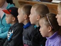 Bērni uzmanīgi klausās Piltenē