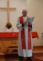 Mācītājs Vitauts Grīnvalds uzrunā draudzes locekļus